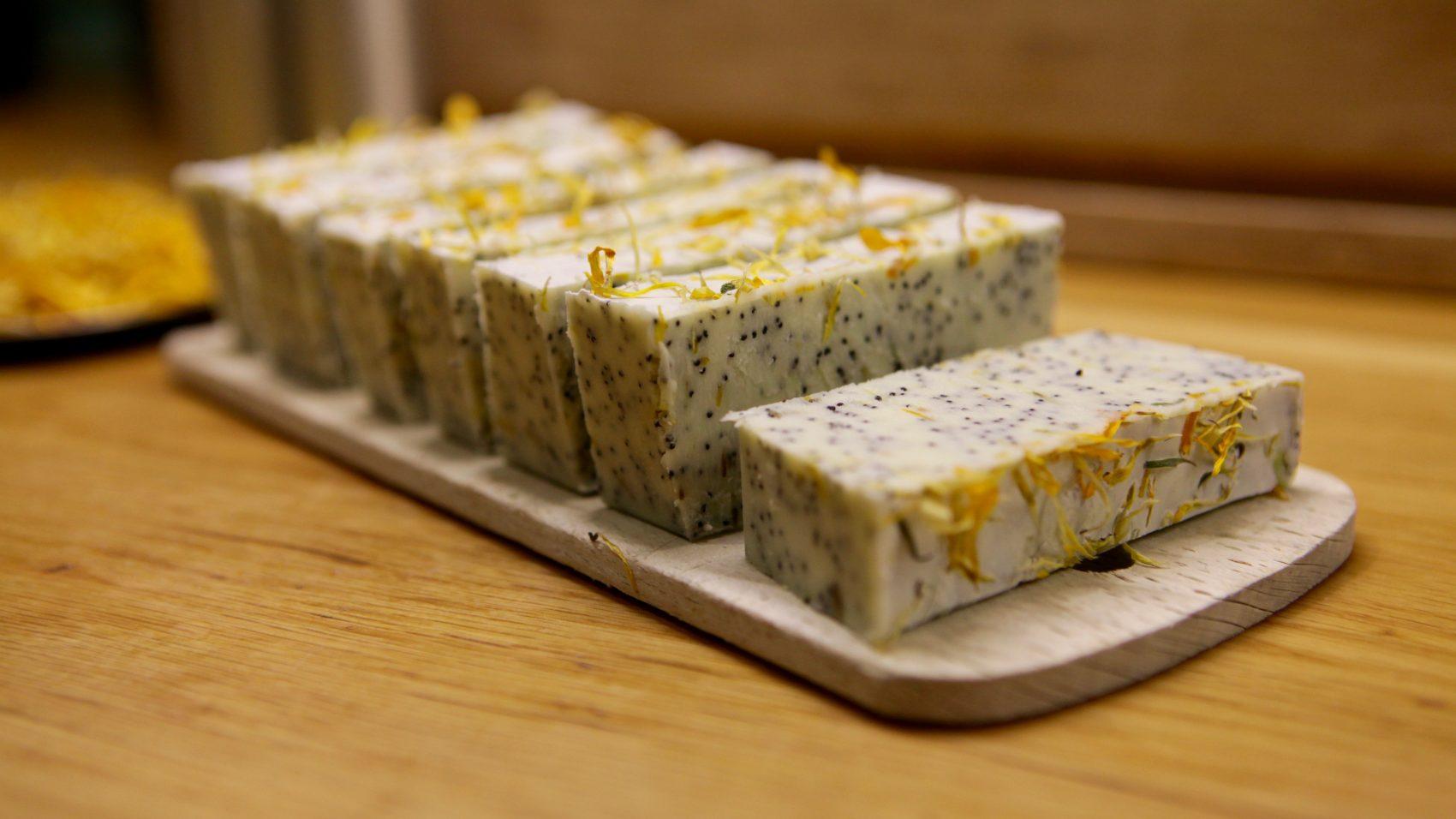 Un savon exfoliant tout doux à l'huile essentielle d'ylang-ylang