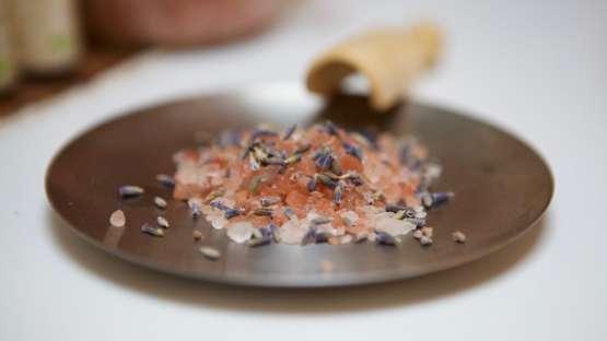 Un sel de bain parfumé aux huiles essentielles contre les règles douloureuses