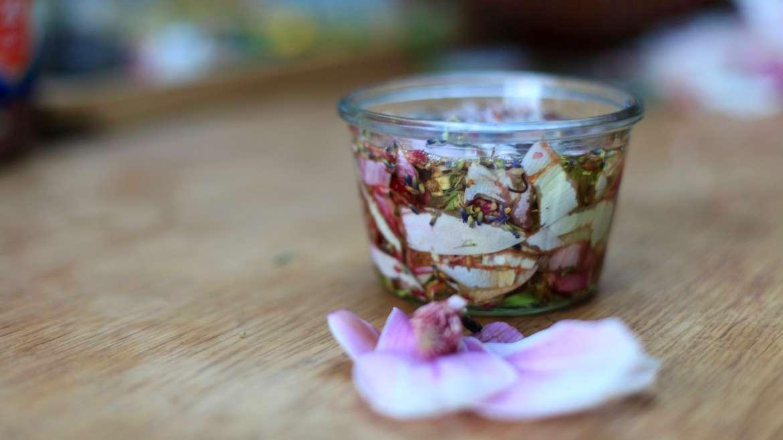Une huile pour le corps infusée aux fleurs : magnolia, lavande et rose