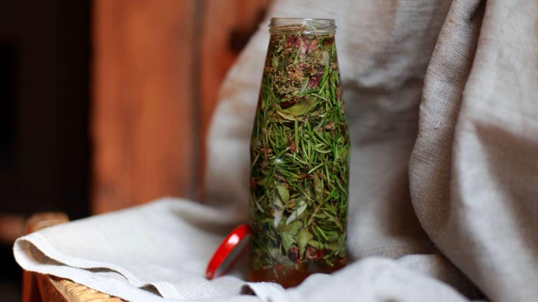 Préparer un oxymel, un vinaigre au miel et aux plantes médicinales