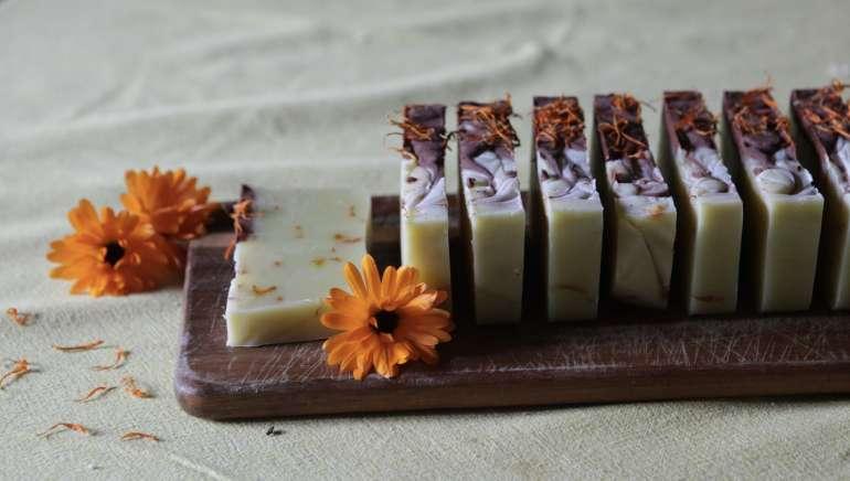 Un savon surgras au calendula et karité pour peaux sensibles